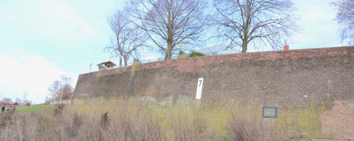 Sicht vom Wasser zur Ufermauer